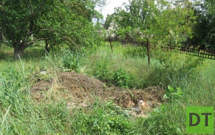 Жительница Мариуполя устроила могилу на собственном участке