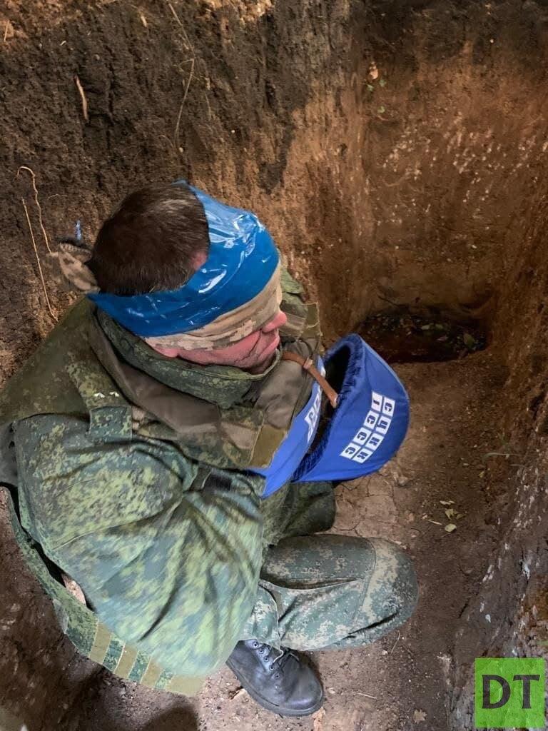 Украинские диверсанты пытают безоружного офицера ЛНР